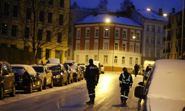 KNIVSTIKKING: Politiet jobber på stedet der en mann ble skadd i en knivstikking på Bjølsen i Oslo søndag morgen. Foto: Terje Pedersen / NTB scanpix