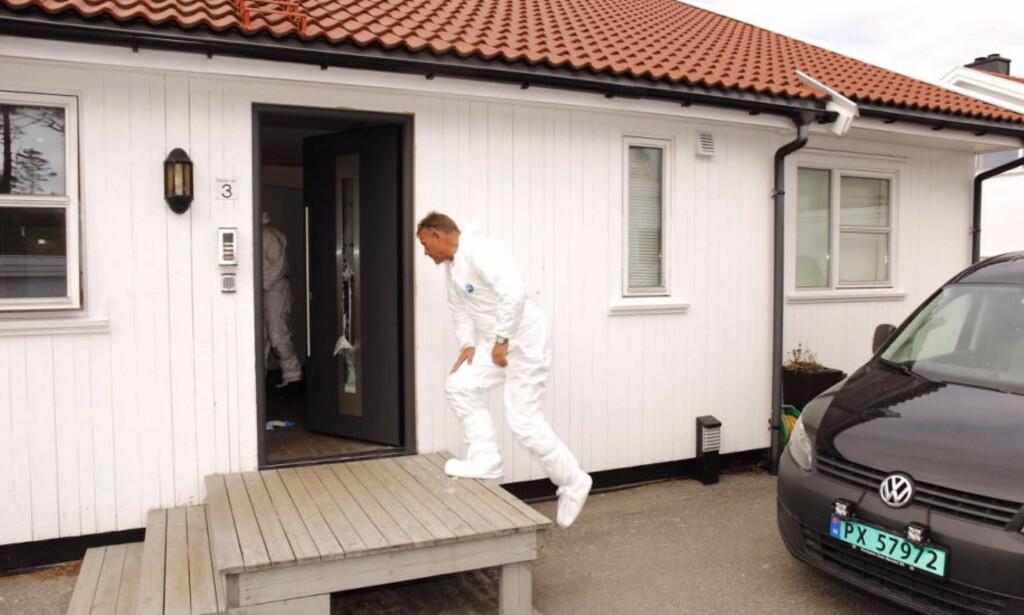 DREPTE KAMERATEN: Kriminalteknikere saumfarte drapsåstedet - den siktede 19-åringens bolig - etter drapet i april i fjor. Foto: Sondre Steen Holvik / Dagbladet