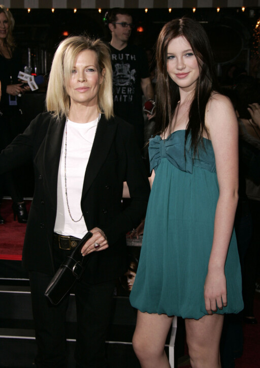 Nov 17, 2008 - Westwood, California, USA - Actress KIM BASINGER & Daughter IRELAND BALDWIN arriving to the Twilight World Premiere held at the Mann Village & Bruin Theatres.  Photo:  Lisa OConnor Code: 4014  COPYRIGHT STELLA PICTURES Foto: Stella Pictures