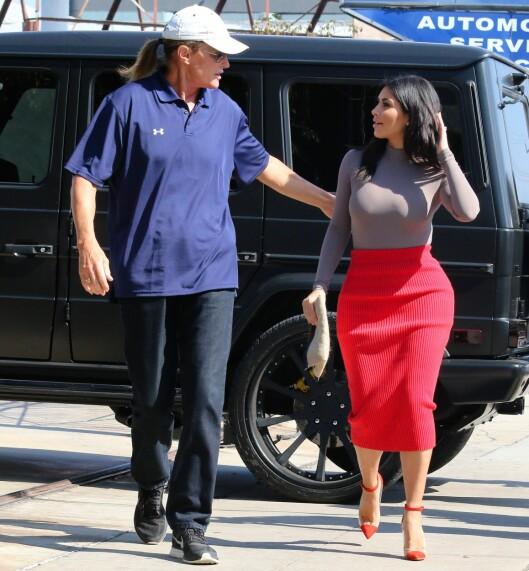 SLÅR RING OM BRUCE: Hele familien skal være innstilt på å støtte Bruce Jenner i kjønnsskiftet. Her er han og stedatteren Kim Kardashian på shopping sammen høsten 2014. Foto: REX/Beverly News/All Over Press