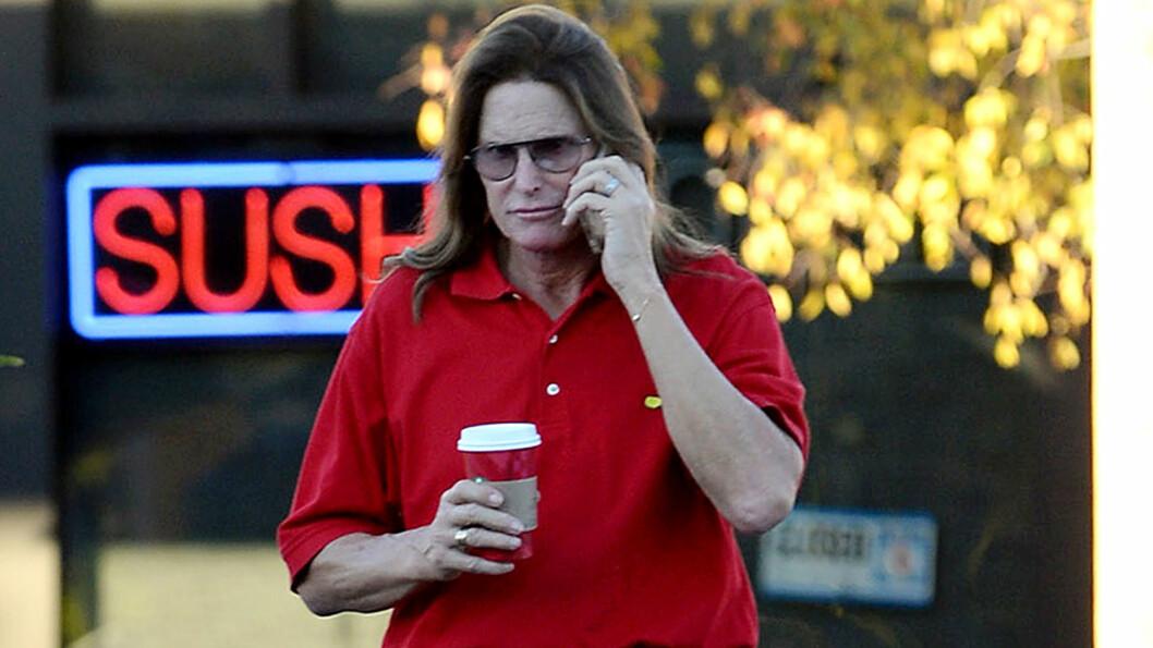 ROSES AV MOREN: Moren til Bruce Jenner bekrefter i et intervju med RadarOnline at sønnen har planer om kjønnsskifte. Samtidig gir hun ham sin fulle støtte. Her er en langhåret Bruce fotografert ved Starbucks i Thousand Oaks i slutten av desember.  Foto: REX/Broadimage/All Over Press