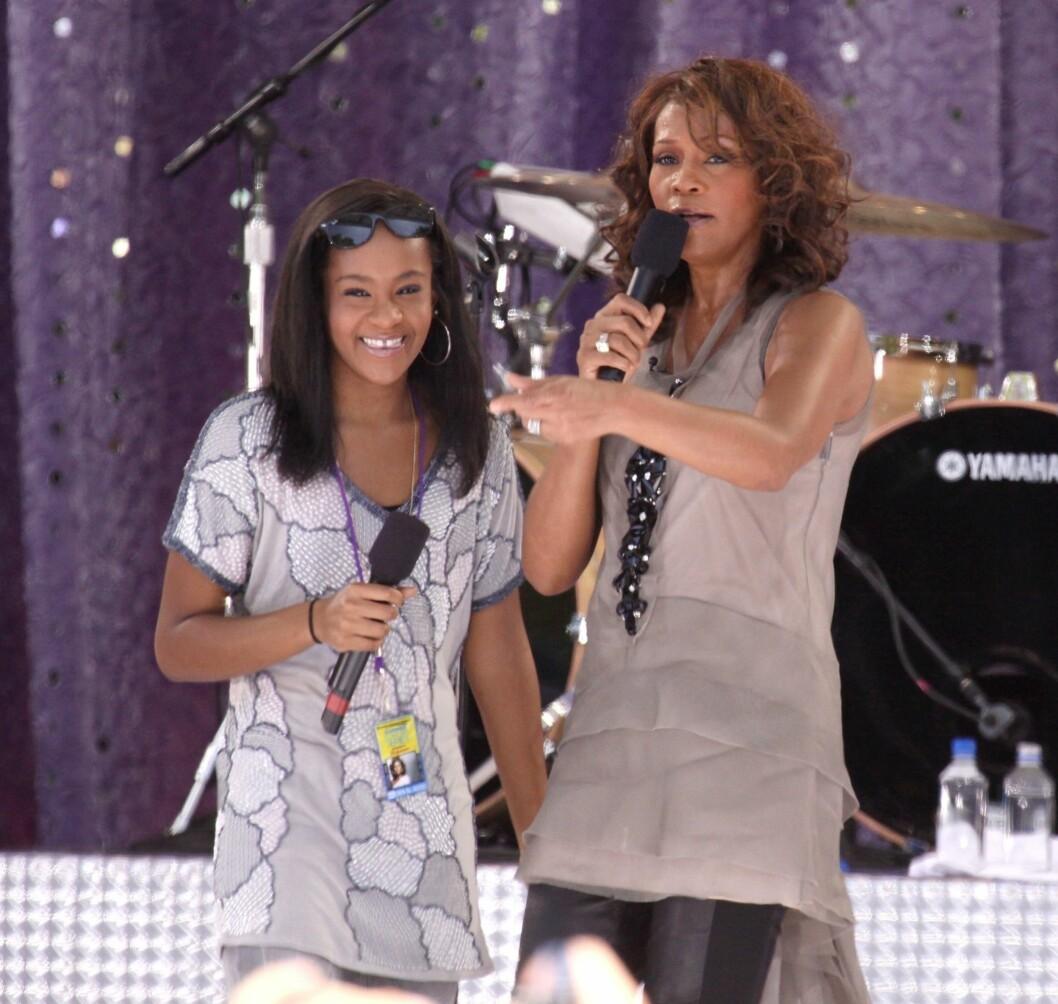 NÆRT FORHOLD: Whitney Houston slet med rusproblemer i en årrekke, men hun og datteren hadde likevel en god tone. Her opptrer de sammen på «Good Morning America» i New York i 2009.  Foto: Stella Pictures