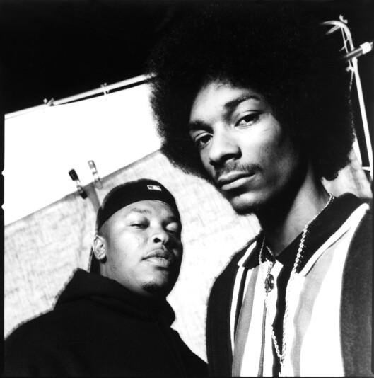 <strong>LEVENDE LEGENDER:</strong> Dr. Dre (t.v) og Suge Knight bidro til at rap-stjerner som Snoop Dogg (t.h) kom seg opp og frem på 90-tallet gjennom Death Row Records. Bildet er fra 1993. Foto: Everett Collection/All Over Press