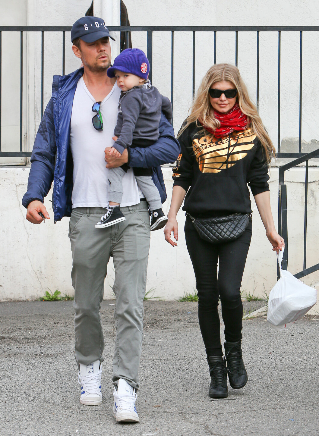 FAMILIELIV: Josh, Fergie og Axl på tur i Brentwood i Los Angeles. Foto: All Over Press