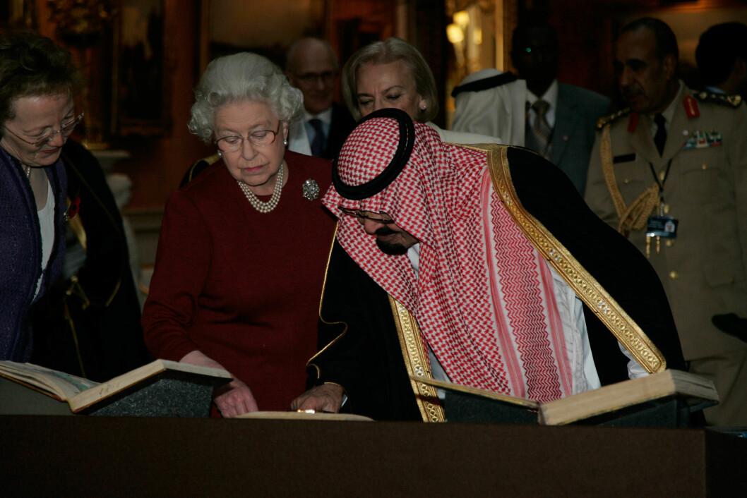 FORNEMT: Avdøde kong Abdullah med dronning Elizabeth i på Buckingham Palace i 2007. Foto: Stella Pictures