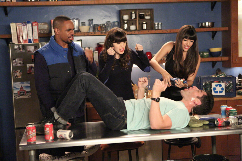 KJENT GJENG: Siden 2011 har Zooey Deschanel spilt rollen som Jessica Day i TV-serien New Girl. Her med kollegaene (f.v): Damon Wayans Jr., Hannah Simone og Max Greenfield fra en episode i sesong tre.  Foto: All Over Press