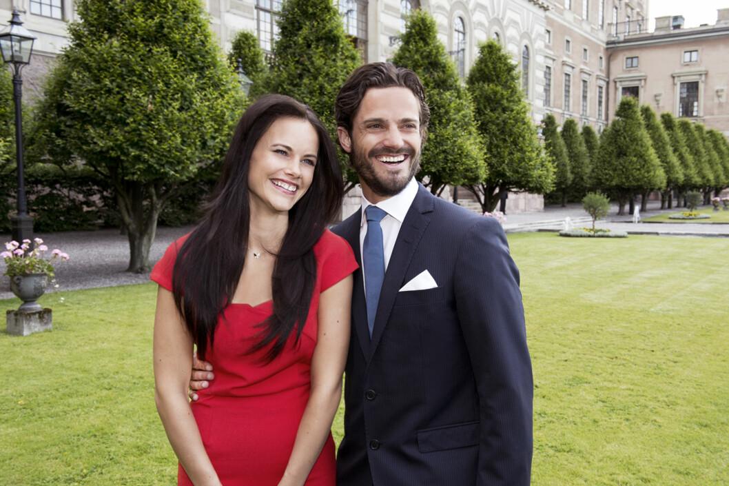LYKKELIG: Prins Carl Philip og Sofia Hellqvist offentliggjorde forlovelsen 27. juni i fjor. Bryllupet står 13. juni i år.  Foto: TT NYHETSBYRÅN