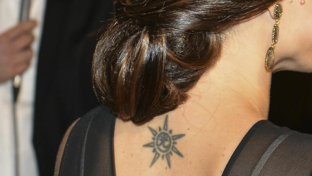 SOLTEGN: Sofia Hellqvist har flere tatoveringer, og viser dem gjerne fram. På den svenske idrettsgallan fikk vi et gjensyn med dette soltegnet på ryggen. Foto: Stella Pictures