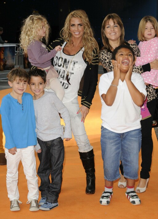 STOR BARNEFLOKK: Katie Price med barna Princess Tiaamii, Junior, Harvey og deres venner pluss Jane Pountney i 2011. Foto: All Over Press