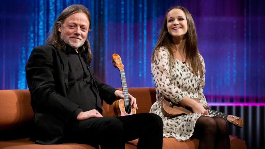 INSPIRERT AV PAPPA: Siri er datteren til visesangeren Lillebjørn Nilsen. Her er de sammen på TV 2-programmet «Senkveld». Foto: Stella Pictures