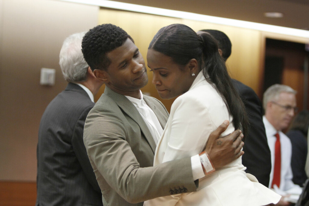 ANSTRENGT FORHOLD: Usher fikk primær omsorgsrett for de to sønnene han har med ekskona Tameka Foster i 2013. Her omfavner han henne etter høringen i Superior Court of Fulton County i Atlanta i august 2013. Foto: Splash News/ All Over Press