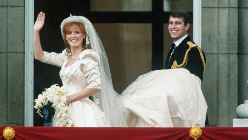 TO SKANDALER: Sarah Ferguson og eks-mannen prins Andrew har begge blitt tatt med buksene nede i hver sin pikante fotsex-skandale. Sarah var i sin tid gift - mens Andrew skal ha kost seg med en mindreårig. Foto: All Over Press
