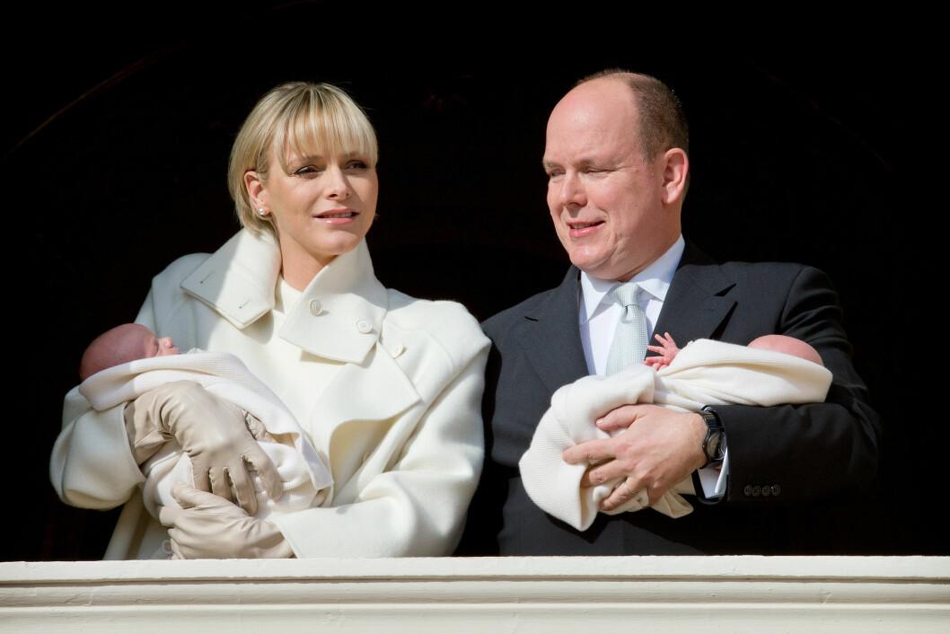 STRÅLTE OM KAPP MED VINTERSOLA: Charlene og Albert ser ut til å stortrives som tvillingforeldre. Foto: Stella Pictures
