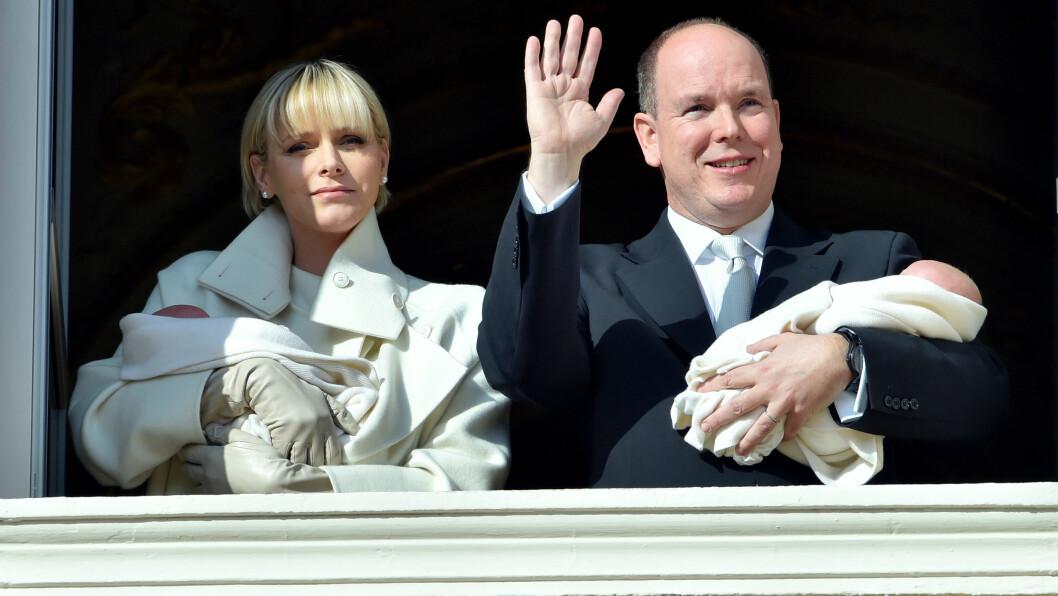 STOLT MAMMA OG PAPPA: Fyrst Albert og hans Charlene var i godt humør da de viste frem sine nyfødte tvillinger. Foto: Stella Pictures