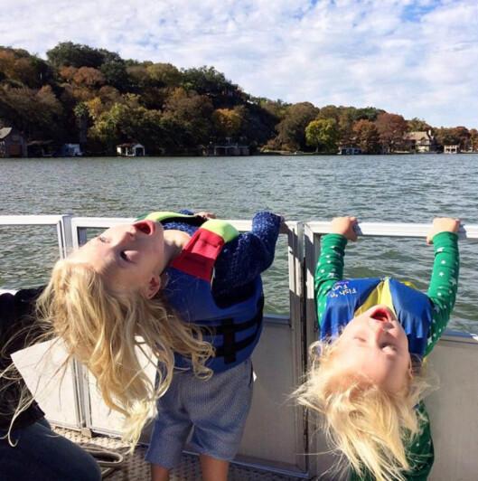 STOLT MOR: Jessica Simpson deler gjerne bilder av Maxwell Drew (t.v) og Ace Knute på sosiale medier. Dette bildet fra Lake Austin ble lagt ut i november 2014. Foto: Stella Pictures