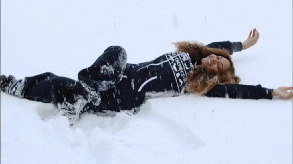 ENGLER I SNØEN: Beyoncé Knowles baste lekent i snøen - iført en norsk sparkedress! Foto: Instagram