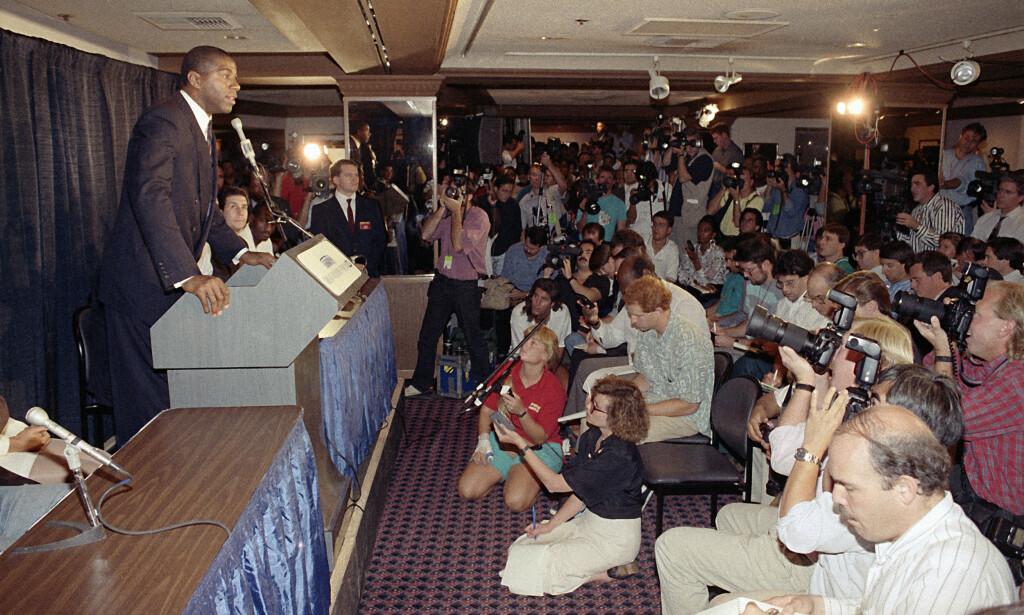 DEN DRAMATISKE AVSLØRINGEN: Earvin Magic Johnson forteller verden at han har testet positivt for det den gang dødelige HIV-viruset. Foto: AP /NTB Scanpix