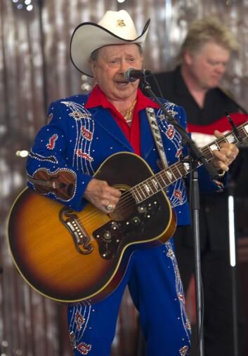 FARGERIK: Country-stjernens musikalske karriere strakk seg over hele åtte tiår. Her på scenen under The Stagecoach Festival våren 2010. Foto: IMAGO/ All Over Press