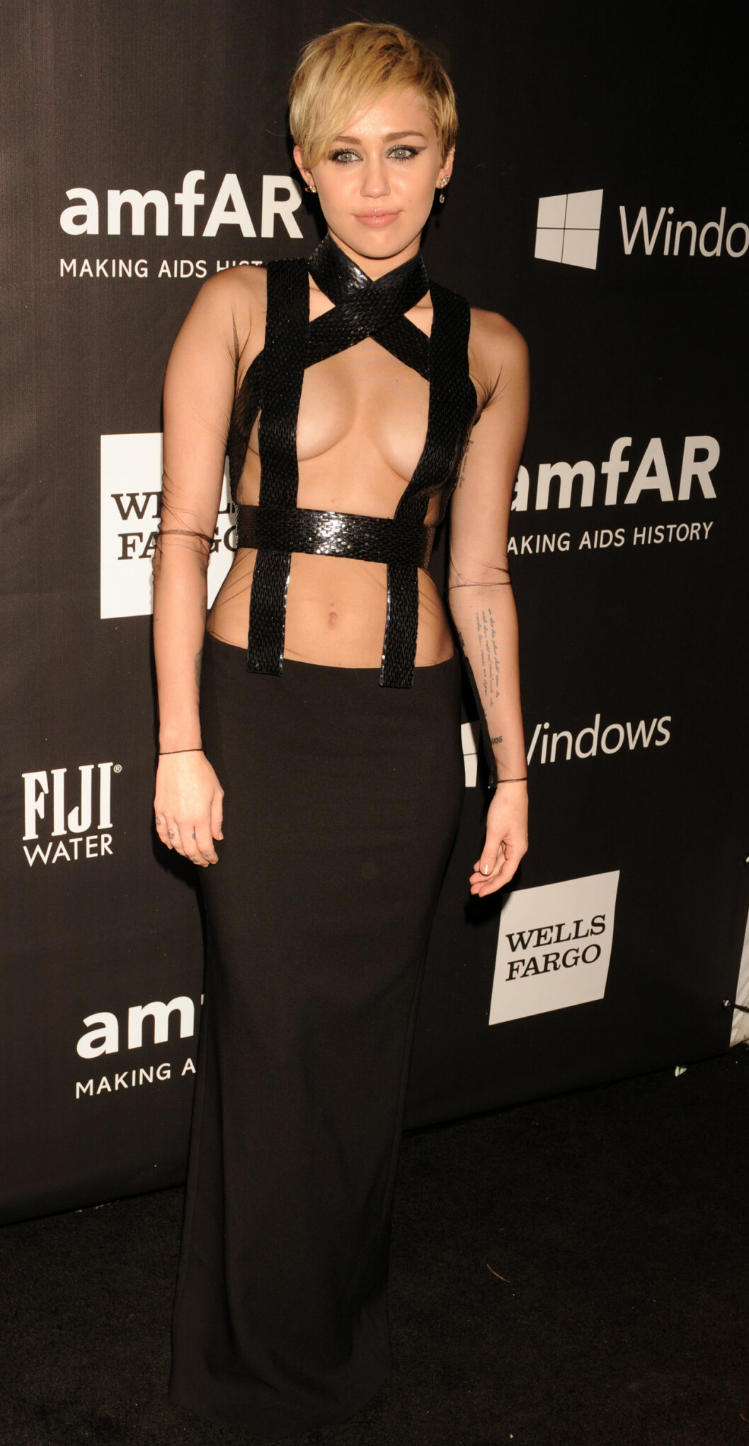 <strong>«TOPPLØS» TIL 2:</strong> Miley Cyrus viste det meste på amfAR-gallaen i Hollywood i slutten av oktober. Foto: Stella Pictures