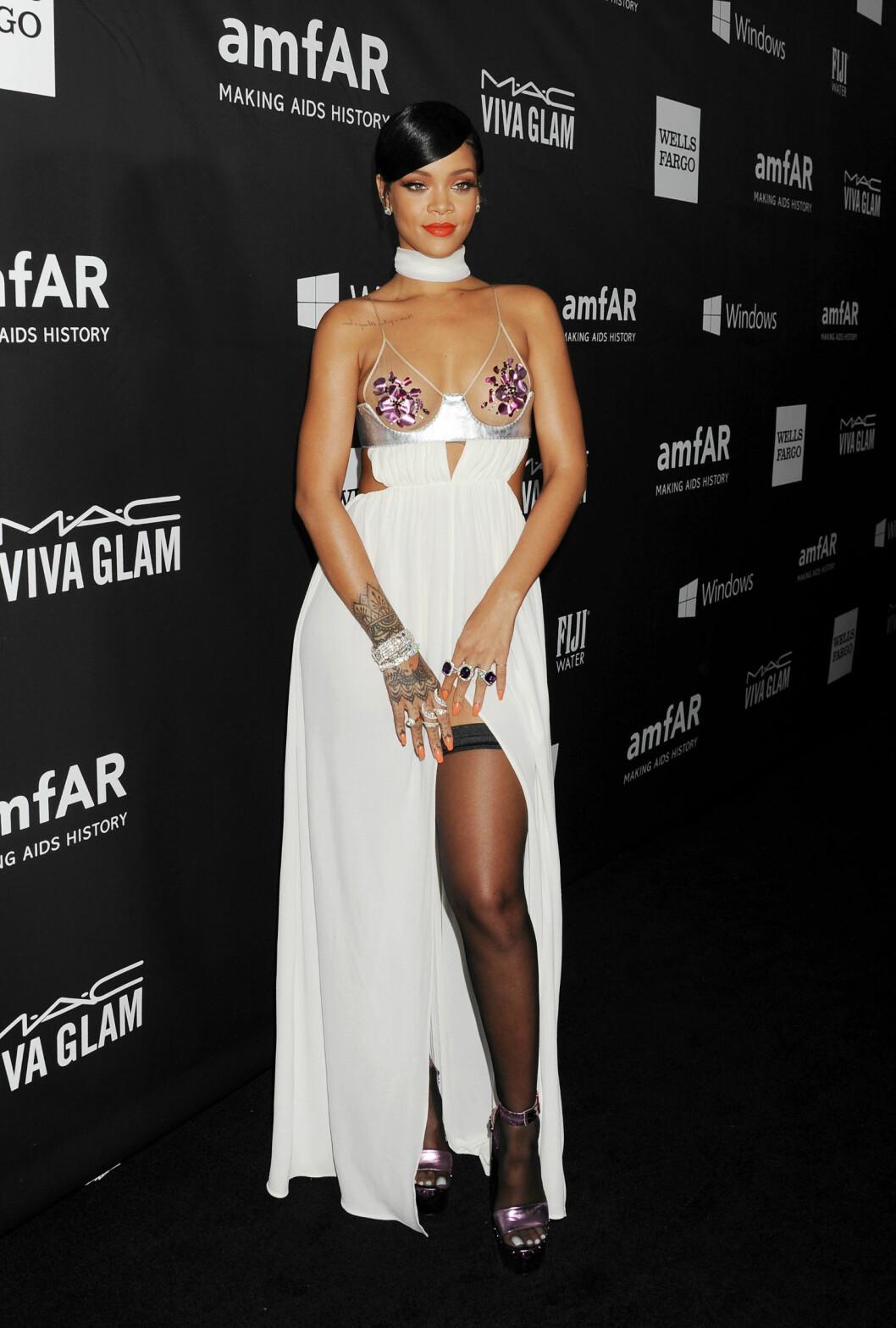<strong>VÅGAL:</strong> Rihanna var også svært lettkledd på amfAR-gallaen. Hun viste både lår, midje og brystparti i denne Tom Ford-kreasjonen - som sikret henne terningkast to. Foto: Stella Pictures