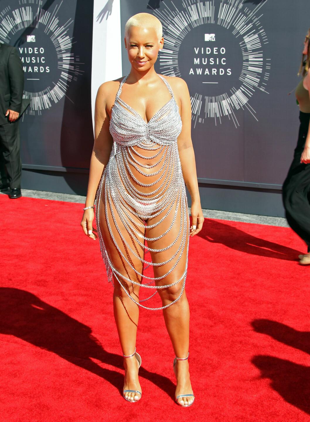 <strong>MENINGSLØST:</strong> Amber Rose er nok mest kjent for sine forholdt til rapperne Wiz Khalifa og Kanye West, men sørget for å bli en snakkis i denne ikke-kjolen på MTV Video Music Awards - og fikk terningkast to. Foto: Stella Pictures