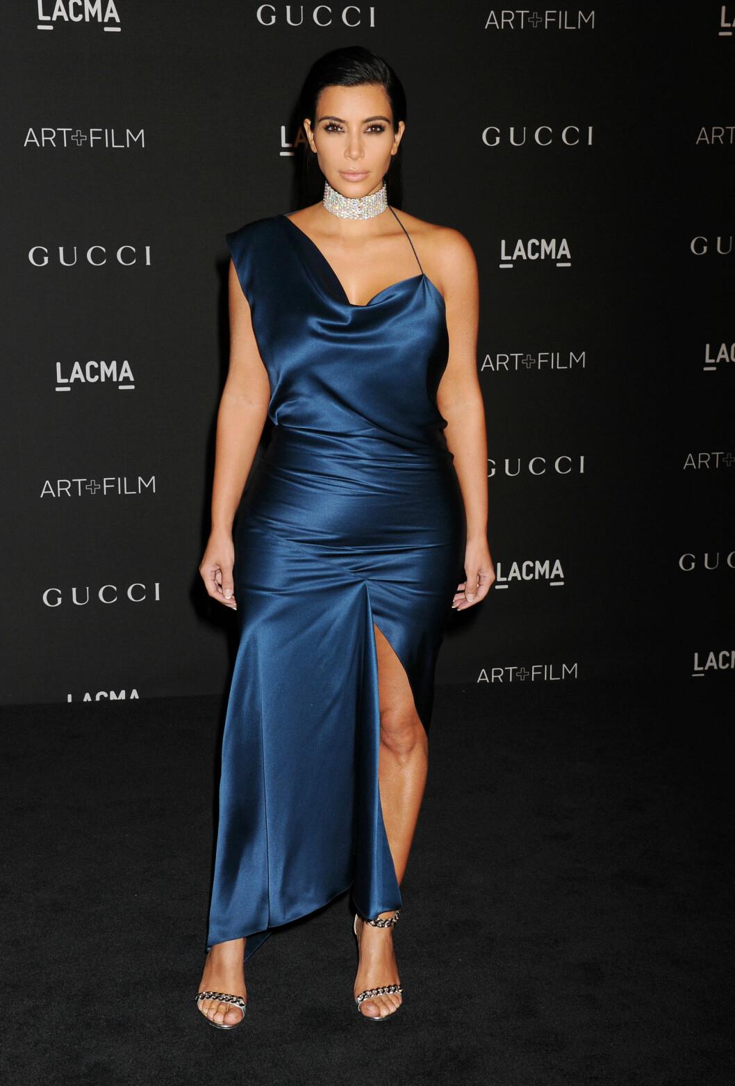 <strong>SKIVEBOM:</strong> Kim Kardashians silkekjole på LACMA Art + Film Gala i L.A. 1 november, så litt for liten ut. Et uheldig kjolesnitt og en diamatchoker som forkortet halsen hennes, bidro nok til at leserne gav henne terningkast to denne kvelden.  Foto: Stella Pictures