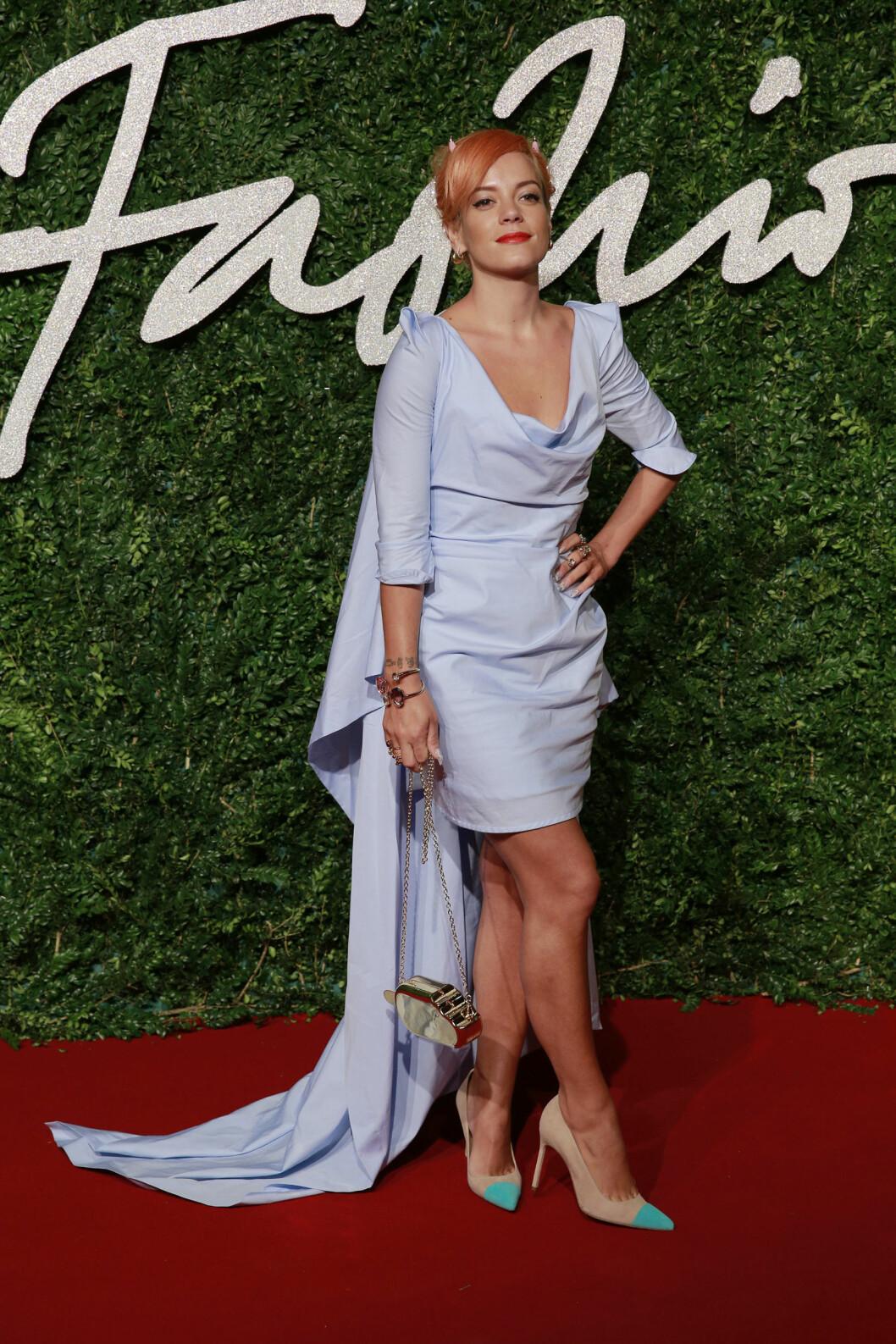 <strong>FOR MYE:</strong> Popartist Lily Allen fikk en toer på terningen for antrekket sitt under British Fashion Awards. Den litt for store kjolen, mini-djevelhornene og pumpsene som kræsjet med de øvrige pastellfargene, gjorde antrekket masete og for lite gjennomført.  Foto: Stella Pictures