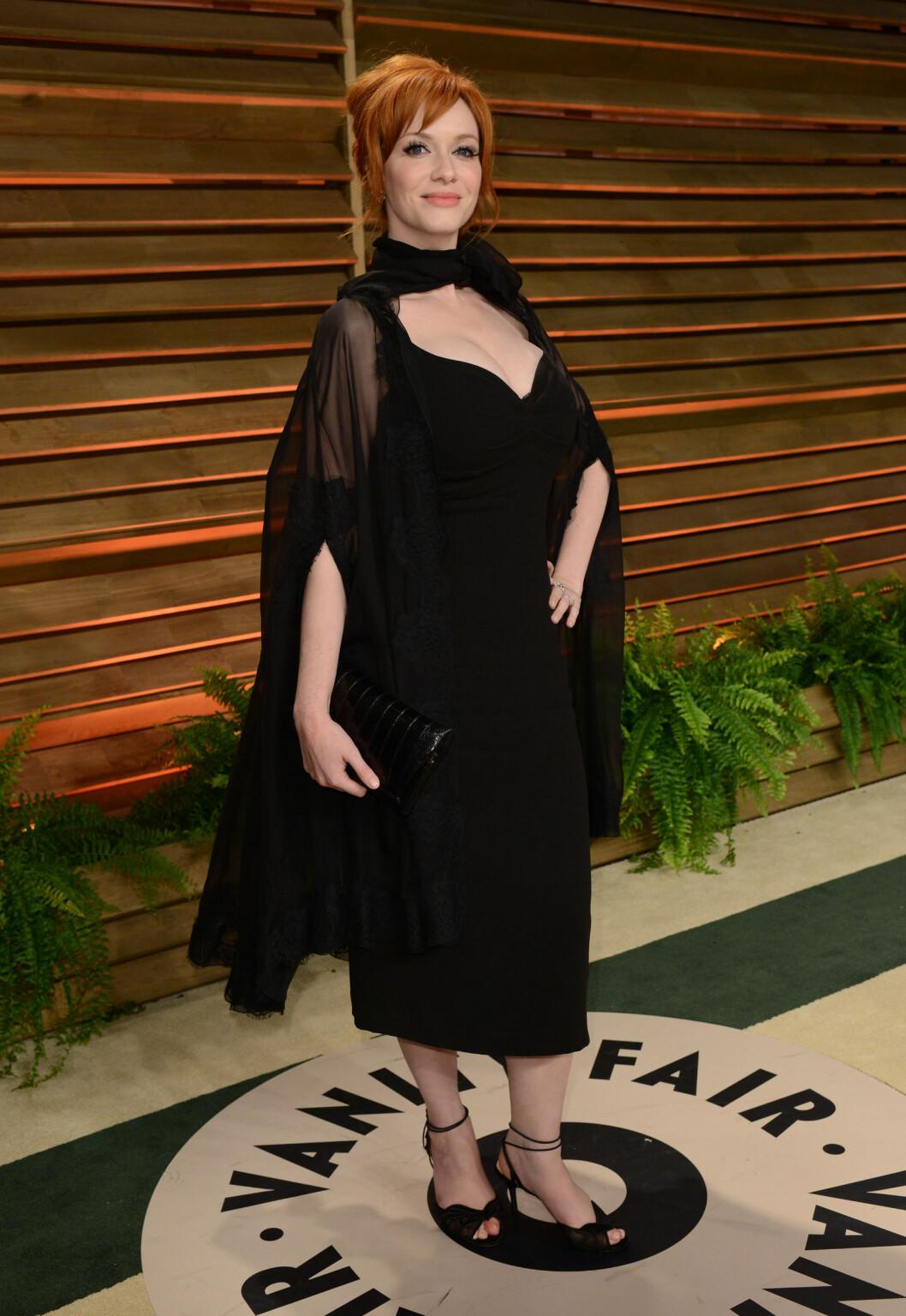 <strong>TEKKELIG:</strong> «Mad Men»-skjønnheten Christina Hendricks var kanskje hakket for tildekket på Vanity Fairs Oscar-fest i starten av mai. Den originale, sorte capen gjorde antrekket uformelig, og hun fikk terningkast én av Seoghør.nos lesere.  Foto: FameFlynet