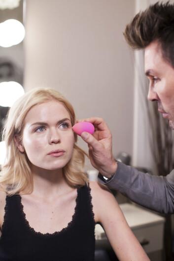 <strong>RIKTIG VERKTØY:</strong> Jan Thomas bruker en rosa svamp i eggform når han legger foundation. Foto: Ida Bjørvik