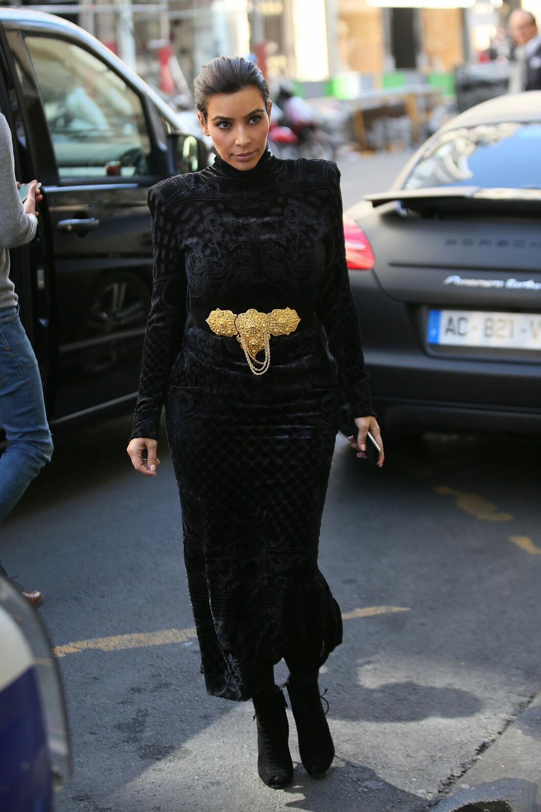SKIFTET: Kim er vant til at fotografene fotfølger henne, og på shopping i Paris i forkant av bryllupet byttet hun like gjerne antrekk i bilen på vei fra en designerbutikk til den neste. Foto: Stella Pictures