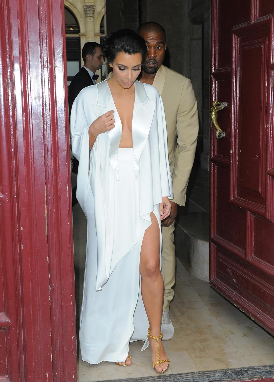 SOM KONGELIGE: Kim Kardashian og Kanye West fikk oppmerksomhet for sin ekstremt overdåde bryllupsfeiring. Her er de på vei til øvelsesmiddagen sin på selveste Versailles kvelden før vielsen.  Foto: Stella Pictures