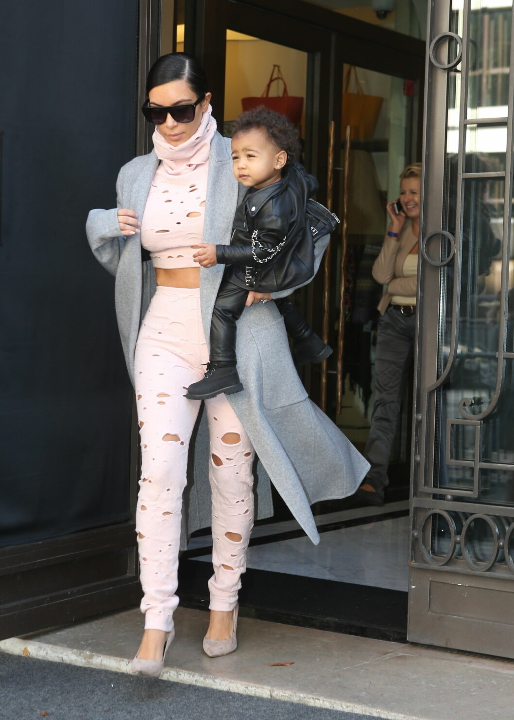 OOPS: Kim Kardashian måtte inn igjen på hotellet Royal Monceau i Paris for å hente datteren North i starten av oktober. Stjernefamilien stod da på farten tilbake til USA. Foto: Stella Pictures