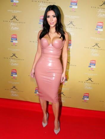 IKKE SJENERT: Kim Kardashian viste seg i denne spesielle kjolen fra Atsuko Kudo da hun lanserte duften Fleur Fatale i Melbourne - en uke etter at nakenbildene for Paper ble sluppet.  Foto: REX/All Over Press