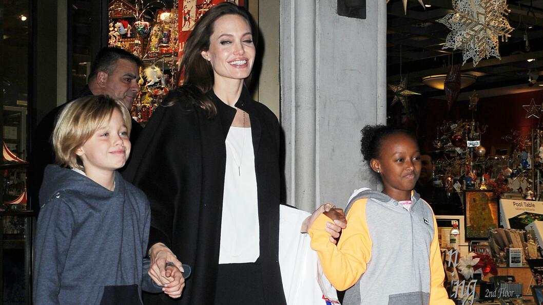 JOBBER HARDT: Angelina Jolie sier det er hardt arbeid å passe på at alle har det bra. Her er hun med Knox og Zahara. Foto: All Over Press