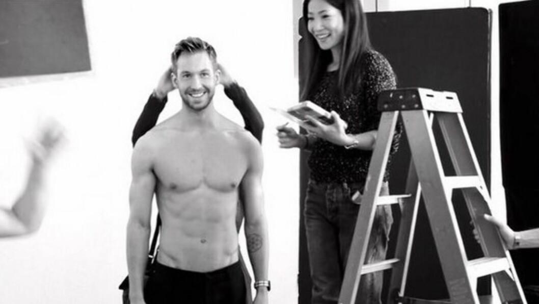 BLIKKFANG: Calvin Harris, som er 1,95 m høy, postet dette bildet av seg selv på Twitter med følgende tekst: - Trenger flere stiger. #Armani #BehindTheScenes #LaughingAboutSomething. Foto: Twitter/Calvin Harris