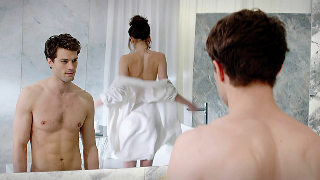 HETE SCENER: Jamie Dornan og Dakota Johnson kaster klærne i filmen Fifty Shades of Grey. For å forberede seg til rollen, besøkte Dornan en sex-kjeller. Foto: All Over Press