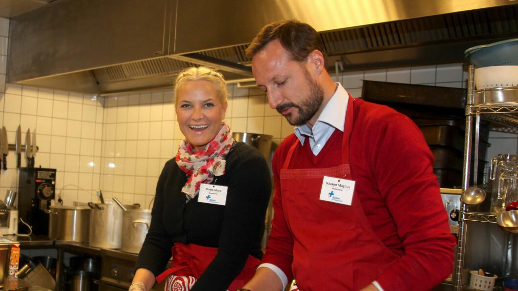 FARBEREDER MAT: Mette-Marit og Haakon kutter grønsaker på Blå Kors i Oslo. Foto: Stella Pictures
