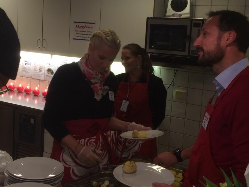 PÅ BESØK: Kronprinsparet var i strålende humør da de ankom Blå Kors. Foto: Anders Stavseng