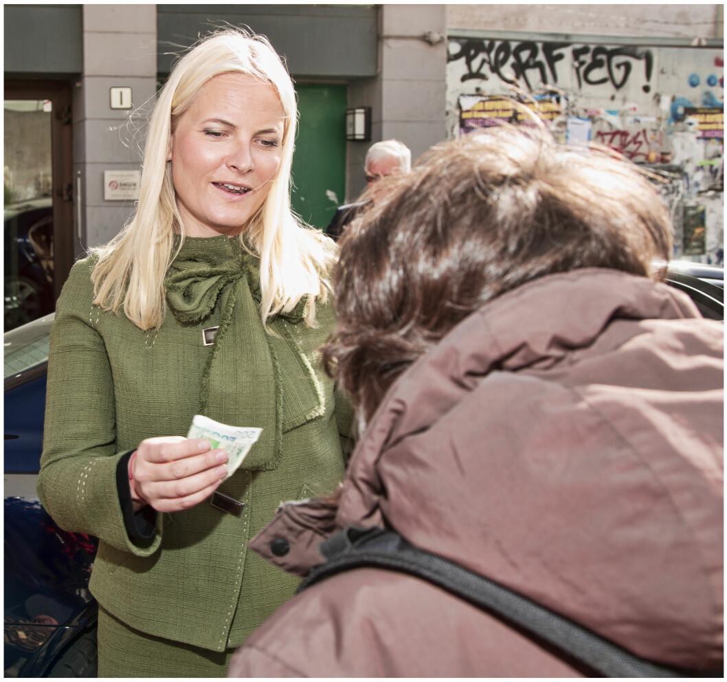 GENERØS: Da Mette-Marit besøkte Kirkens Bymisjon og Primærmedisinsk verksted i fjor traff hun =Oslo-selgeren Hilde, som hun kjøpte gratismagasin av. Etterpå fikk Hilde en varm klem av Mette-Marit.