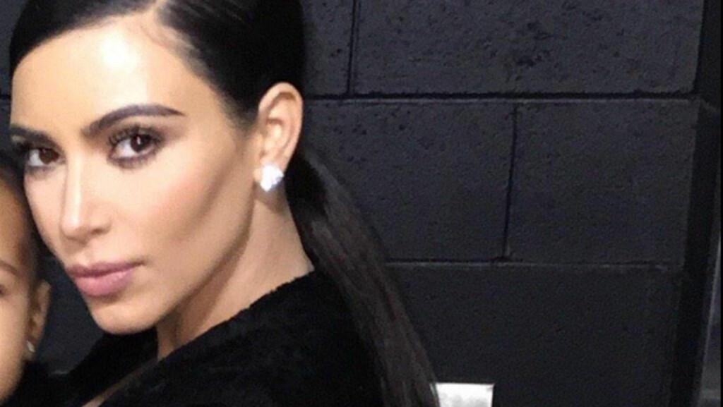 FIKK KRITIKK: Mange fans stilte spørsmål, da Kim Kardashian valgte å beskjære vekk datteren North fra et bilde hun la ut på Twitter. Foto: Twitter