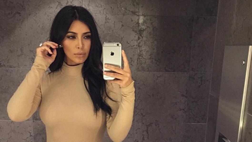 SELFIE-DRONNING: Kim Kardashian elsker å ta bilder av seg selv - også når hun er på date med ektemannen. Foto: Instagram