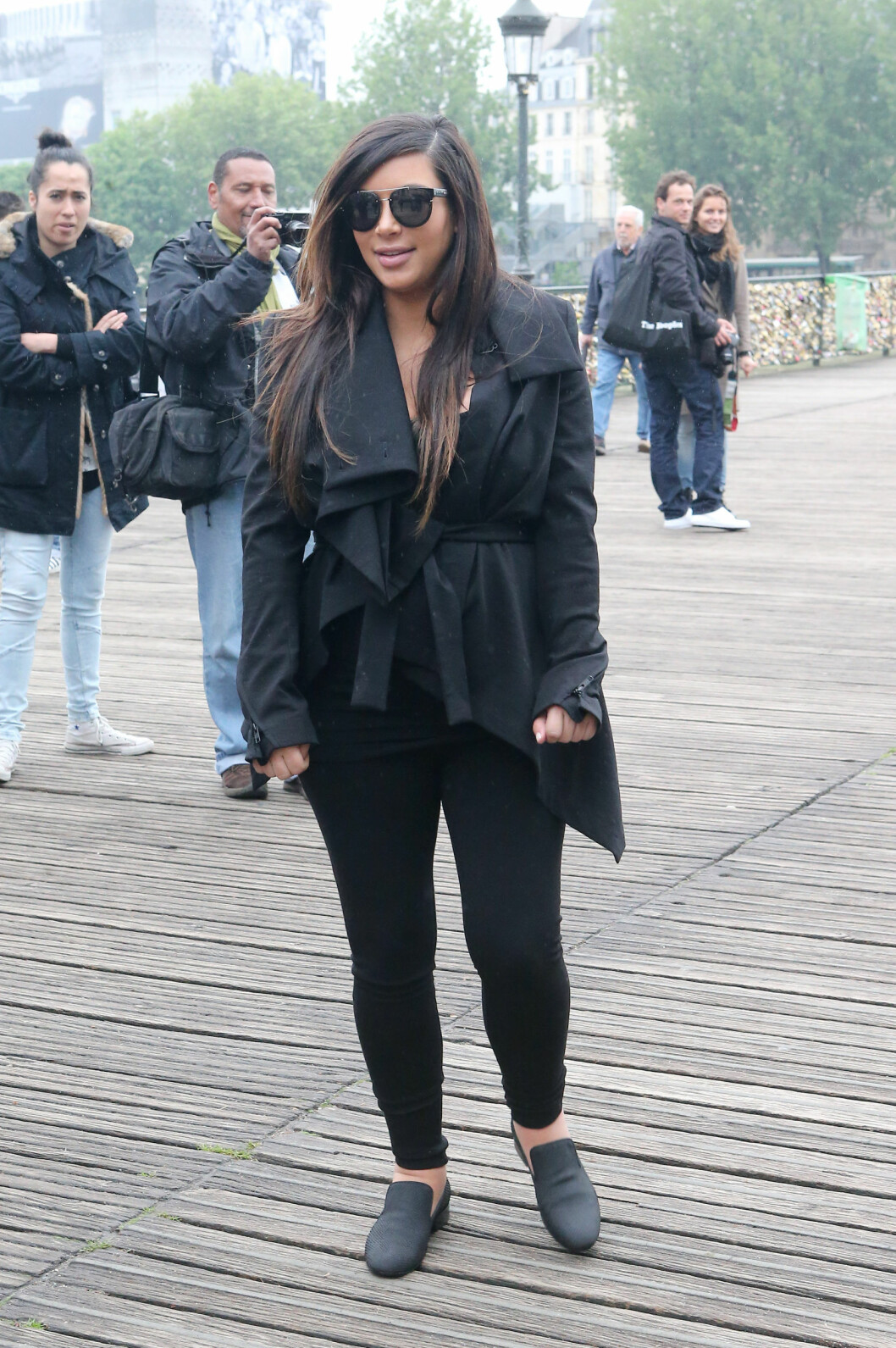 HOVEN: Kim Kardashian måtte droppe høye stroppesko mot slutten av svangerskapet. Her i Paris i slutten av mai 2013, omlag fire uker før fødselen. Foto: FameFlynet Sweden
