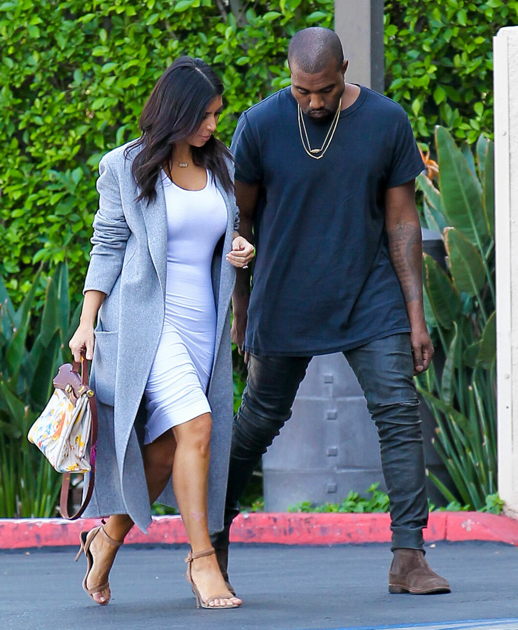 TRAVELT PAR: Kim Kardashian og Kanye West har en datter sammen, men ekteparet har likevel svært individuelle timeplaner. Her er de avbildet sammen i november, Kim med en Hermés-veske dekorert med Noris fingermaleri. Foto: Stella Pictures