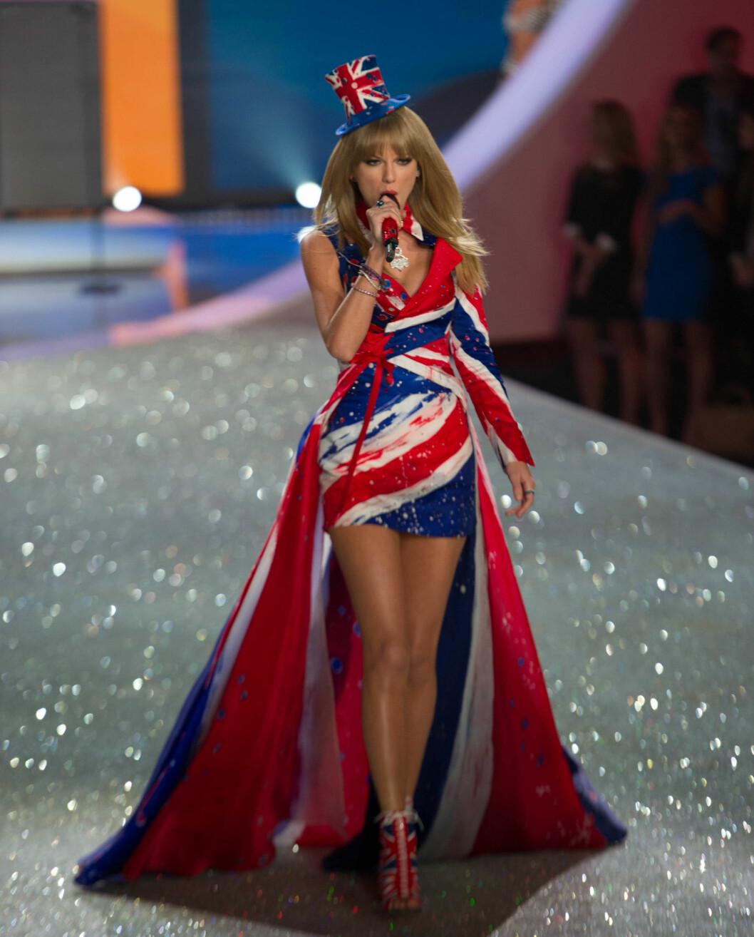 I FJOR: Høsten 2013 var Taylor også iført et originalt Union Jack-antrekk - kanskje et hint om at showet skulle flyttes til London ett år senere? Foto: Stella Pictures