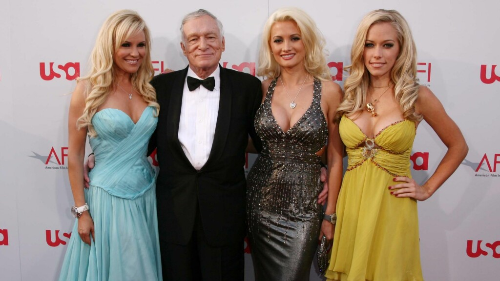 TRE KJÆRESTER: Playboy-kongen Hugh Hefner nøyde seg ikke med en kvinne. Han var sammen med Bridget Marquardt, Holly Madison og Kendra Wilkinson på samme tid. Og alle hadde sex med ham. Foto: All Over Press