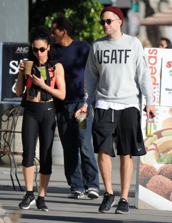 SPORTY: FKA Twigs og Robert Pattinson ble fotografert iført treningstøy og bærende på juicer og shakes gatelangs i L.A. fredag. Foto: Stella Pictures