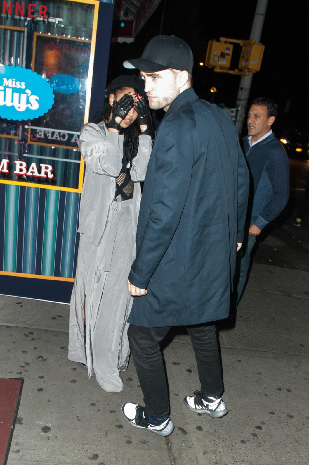 JORDNÆR: FKA Twigs, her fotografert i New York med Robert Pattinson for to uker siden, har sagt at hun ikke føler noe behov for å være kjendis. Foto: Stella Pictures