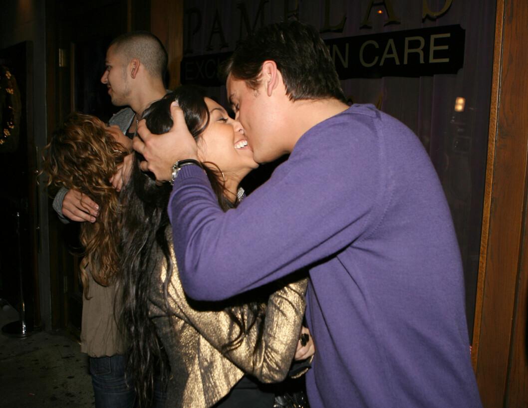 LYKKELIGERE TIDER: Kourtney og Scott avbildet ved Hyde Lounge i Hollywood like før jul i 2007. Kourtneys yngre bror Rob og hans daværende kjæreste, Adrienne Bailon, i bakgrunnen. Foto: Stella Pictures