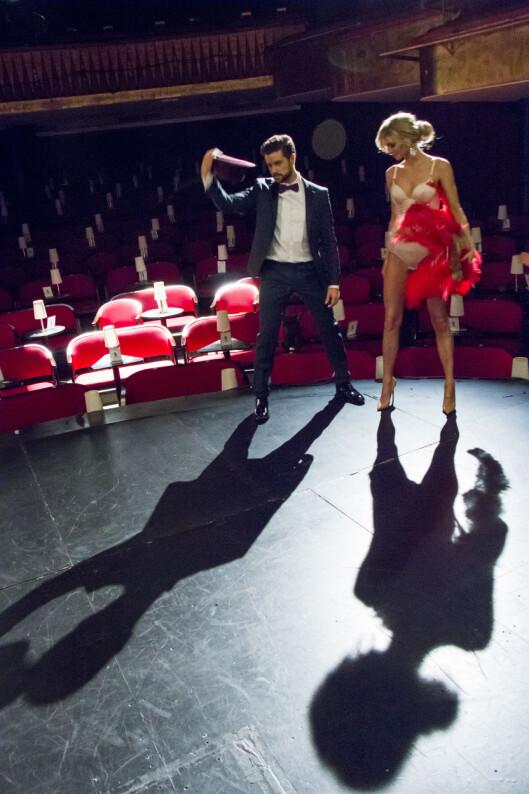 SPOTLIGHT: Didrik og Kathrine fotograferes på scenen i teatret Chat Noir.  Foto: Per Ervland/Se og Hør