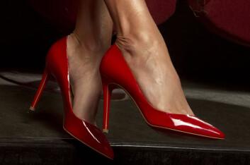 LADY IN RED: Sørland falt pladask for disse rød Louboutin-skoene, som ble med hjem i kofferten fra Paris.  Foto: Henning Jensen/Se og Hør